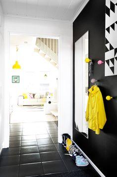 tuulikaappi,musta seinä,mustavalkoinen,värikäs,moderni