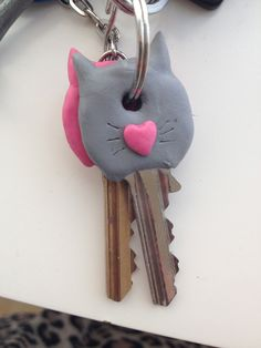 Free tutorial with pictures on how to make a keycap in under 20 minutes by molding with sugru, keys, and straight pins. Fimo Clay, Polymer Clay Crafts, Polymer Clay Jewelry, Griffonnages Kawaii, Key Diy, Sugru, Keys Art, Key Covers, Diy Keychain