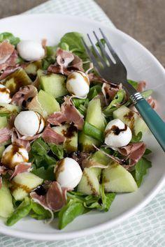 Lekkere zomerse salade met ham, meloen en mozzarella | via BrendaKookt.nl Met veeeeel spinazie en eventueel wat kerstomaatjes in partjes...