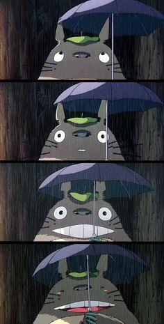 Totoro bajo la lluvia esperando al catbus