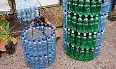 El mundo de las manualidades nos permite reciclar con tanta creatividad como la que demuestran las ideas que vemos aquí con botellas de plástico.