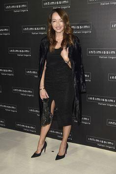Fiesta 20 aniversario de Intimissimi. Black top+black pencil midi skirt+black pumps+black velvet coat+clutch. Fall Evening Event Outfit 2016