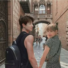 Jungkook is a pro playboy, Lisa is new in the trainee school, Dream High. Where will the fate take them to? Jennie Lisa, Blackpink Lisa, Foto Jungkook, Foto Bts, Kpop Couples, Cute Couples, K Pop, Bts Girlfriends, Jeongguk Jeon