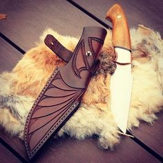 A awesome outdoor knife which could be used for anything from bushcraft hunting, which comes with a awesome embossed leather sheath. Credit belongs to thanks a lot mate! 🇺🇸 For awesome gun pics try Bushcraft Knives, Tactical Knives, Leather Carving, Leather Engraving, Leather Holster, Leather Tooling, Outdoor Knife, Knife Sheath, Knife Sharpening
