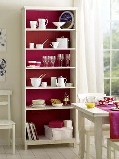 Regal (z. B. von Ikea)MDF Platten (Baumarkt)Malerkrepp (Baumarkt)Lack in Rot und Pink (z. B. 2-in-1-Lack von Alpina; Baumarkt)Lackierrolle