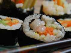 Sushi recipe to try Sauce For Eggs, Plum Sauce, Sushi Recipes, Spare Ribs, Egg Rolls, Delish, Pumpkin, Lunch, Stuffed Peppers