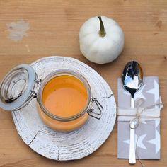 Die erste Hokkaido Kürbissuppe im diesem Jahr stand hier auf dem Tisch. Das Rezept und einen tollen Tipp für das einfache Schneiden findet Ihr bei House No.43 auf dem Blog ( Link im Profil). Was gibt es bei Euch heute zum Mittagessen? #kürbissuppe#suppenzeit#suppeimglas#weckglas#kürbiszeit#herbstlichetischdeko#holzuntersetzer#holzscheibe#babyboo