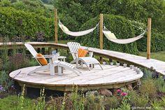 Pose terrasse bois (résultat) Hillside Landscaping, Relax, Lanai, Outdoor Furniture, Outdoor Decor, Trellis, Hammock, Construction, Palette