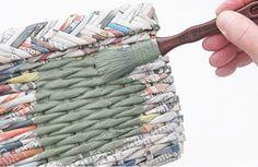 http://arteemjornais.blogspot.com/2012/09/caixa-organizadora-de-jornal-reciclado.html   Tengo la intención de hacer una cesta y buscand...