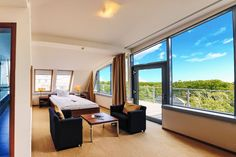 Die moderne und klar definierte Ausstattung unserer Doppelzimmer bieten einen Erholungs-aufenthalt der Extraklasse. Je nach Lage, ob Blick nach Westen, Süden oder Osten, es bieten sich immer wieder faszinierende Ausblicke.