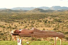 Namibia und seine Highlights mit einem Kleinflugzeug entdecken und größere Distanzen in kurzer Zeit überwinden, dafür ist die elftägige Flugsafari von Karawane Reisen einfach ideal. Die Safari startet in Windhoek und führt weiter in den Etosha Nationalpark, bekannt durch seine große Salzpfanne und die großartige Wildtierpopulation. Der nächste Stopp liegt direkt am Atlantischen Ozean in Swakopmund, bevor es zurückgeht nach Windhoek, in das GocheGanas Nature Reserve & Wellness Village.