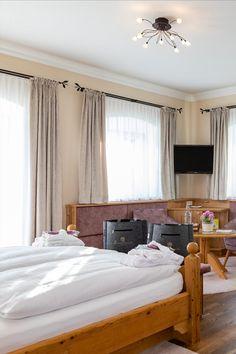 ca. 45 m2 ostseitig. In dieser Themensuite im 1. Stock, besonders beliebt für Honeymooners sowie bei Frisch- und Langzeitverliebten, erwartet Sie rustikal-elegantes Ambiente mit viel Liebe zum Detail. Sie genießen ein offenes Badezimmer mit Whirlwanne und Dusche sowie ein separates WC. Die Suite verfügt über eine Loggia sowie eine kuschelige Couch. Zudem punktet diese Suite mit einem schiebbaren Bett-Tischelement für ein Frühstück im Bett. Traumhafter Blick auf die umliegende Landschaft. Elegant, Couch, Bed, Furniture, Home Decor, Open Bathroom, Breakfast In Bed, Popular, Fresh