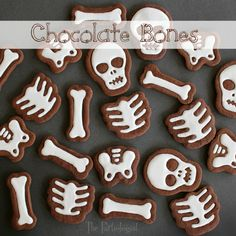The Partiologist: Chocolate Bones Tutorial Halloween Appetizers, Halloween Cookies, Halloween Desserts, Halloween Treats, Halloween Recipe, Creepy Halloween, Halloween Party, Galletas Cookies, Sugar Cookies