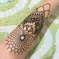 lil leg piece from the other day ... apologies in advance if this triggers any trypophobia! ;) #honeycombhenna