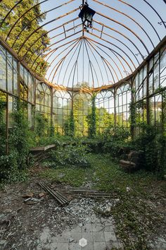 impressive old greenhouse Abandoned Mansions, Abandoned Buildings, Abandoned Places, Beautiful World, Beautiful Places, Victorian Greenhouses, Small Greenhouse, Glass House, Architecture
