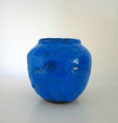 Keramiek ronde vaas helder blauw met ongelijk oppervlak 't Bolwerk. Jan van Ham - Gert de Rijk. Glanzend glazuur met gemêleerde kleur. De onderkant is mat zwart. Op de onderkant de letters t b. Hoogte: 13,5 cm. Diameter (boven): 9 cm. Diameter (midden): 13 cm. Gewicht: 887 gram.