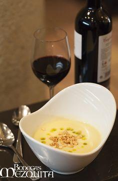 Crema de calabacín, crujiente de almendra y aceite de menta.  www.bodegasmezquita.com