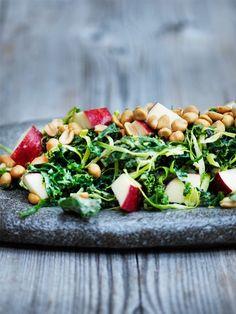 Grønkåls coleslaw m. æble og peanuts Coleslaw, Lchf, Cobb Salad, Love Food, Feta, Salad Recipes, Salads, Brunch, Veggies