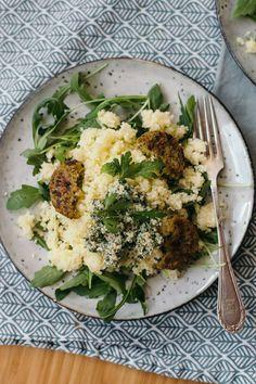 Vegan couscous met munt-walnoot pesto en falafel is lekker fris en geweldig om mee te nemen het werk. Het is ook nog eens in no-time klaar. Lees het recept op de blog #couscous #vegan