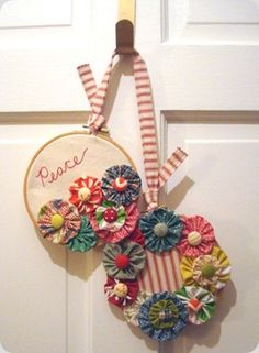 Embroidery Hoop Wreath to display pretty yo yos Embroidery Hoop Crafts, Embroidery Hoop Art, Sewing Projects, Craft Projects, Craft Ideas, Yo Yo Quilt, Thrift Store Crafts, Diy Wreath, Small Wreath