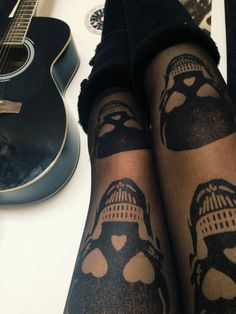 Pair these large skull tights with a simple outfit! Skull Fashion, Gothic Fashion, Look Fashion, Womens Fashion, Style Emo, My Style, Boho Chick, Grunge, Mode Shoes