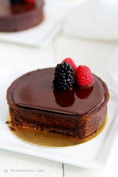 Tarte au chocolat / Chocolate Tart w/ Fruit Garnish Mini Desserts, Sweet Desserts, Chocolate Desserts, Just Desserts, Delicious Desserts, Yummy Food, Chocolate Tarts, Valrhona Chocolate, Raspberry Chocolate