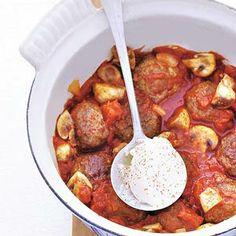 Runder gehaktballetjes in tomatensaus geserveerd met couscous