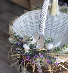 Creative Gift Baskets, Diy Gift Baskets, Creative Crafts, Diy And Crafts, Wedding Hall Decorations, Flower Girl Basket, Basket Decoration, Deco Table, Easter Wreaths