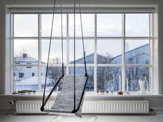 Fönstervägg. Ett enda stort fönster täcker ena väggen i vardagsrummet. Den söta gungan har Ingibjørg designat. Porch Swing, Outdoor Furniture, Outdoor Decor, Island, Design, Home Decor, Decoration Home, Room Decor