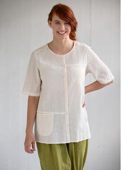 Gudrun Sjödén Einfarbige Bluse aus Baumwollcrêpe Kurzarmbluse in schönen Unifarben. Leicht ausgestelltes Modell mit seitlichen Schlitzen im Saum. Durchgehende Knopfleiste, eine Brusttasche sowie eine Tasche auf Hüfthöhe. Sehr schön auch offen über einem Trikotshirt zu tragen.