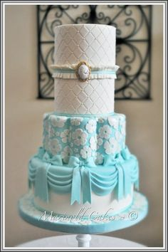 The Tiffany blue wedding theme has been growing in popularity and has been used by many celebrities during their weddings, like Toni Braxton. Here are some ideas to plan a Tiffany blue wedding. Beautiful Wedding Cakes, Gorgeous Cakes, Pretty Cakes, Amazing Cakes, Round Wedding Cakes, Themed Wedding Cakes, Cake Wedding, Wedding Themes, Wedding Ideas