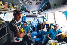Attente de l'arrivée devant la télévision du bus. Les choses se déroulent bien et l'équipe sourit.