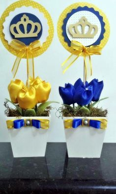 Cachepo de mdf, 4 tulipas de tecido cetim, topper em papel scrapp com 12cm de diametro. <br>Fazemos tambem em outras cores. <br>Altura total do arranjo: 30cm Baby Shower Themes, Baby Boy Shower, Little Prince Party, Prince Birthday, Beauty And The Beast Party, Royal Baby Showers, Baby Shawer, Baby Mickey, Ideas Para Fiestas