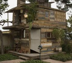 (Tree) House of Hyeres By Ethan Hayes-Chute with the collaboration of Jean-Paul Lespagnard Shelter Design, Palette Diy, Pallet House, Pallet Tree Houses, Wooden Pallets, Recycled Pallets, Recycled House, Salvaged Wood, Pallet Benches