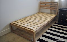 DIY Modern Twin Bed - the Awesome OrangeDIY Modern Twin Bed - How to build plans from www. diy woodworking bedplans twinbedHow to create a single bed frame frame Genel Ikea Twin Bed, Diy Twin Bed Frame, Wood Twin Bed, Diy Frame, Twin Beds For Boys, Home Design, Modern Design, Murphy-bett Ikea, Diy Bett