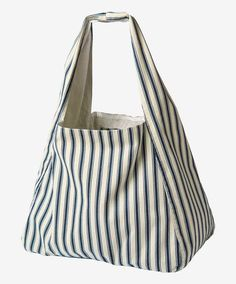 Women's leather tote bags and leather belts. Big Bags, Women's Bags, Tote Bags, Bag Patterns To Sew, Patchwork Patterns, Patchwork Bags, Denim Bag, Fabric Bags, Handmade Bags