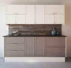 White and Grey SuperMatte shaker doors | painted look without the maintenance | two tone kitchen cabinets via @semihandmade