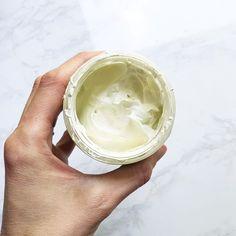 DIY Dry Shampoo with Essential Oils - Mama Charming Deodorant Recipes, Homemade Deodorant, Natural Deodorant, Essential Oils For Congestion, Antibacterial Essential Oils, Essential Oil Spray, Essential Oil Perfume, Anti Aging Moisturizer, Diy Moisturizer
