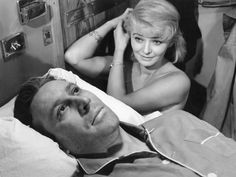 Pociąg - 1959 / Dla wielu najlepszy film Jerzego Kawalerowicza. Kobieta i mężczyzna przypadkowo spotykają się w pociągu. Ona ma za sobą nieudany związek. On jest lekarzem, który nie może się otrząsnąć po śmierci swojej kilkunastoletniej pacjentki. Po pewnym czasie okazuje się, że przykre przeżycia tej dwójki, potrafią połączyć ich w rozmowie, którą początkowo zastępowała tylko cisza. Lucyna Winnicka otrzymała Specjalne wyróżnienie za swoją rolę na festiwalu w Wenecji w 1959 roku.
