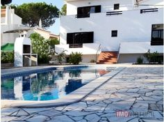 Moradia V5 ISOLADA c/ piscina e garagem - Quarteira Casas No Algarve, Mansions, House Styles, Outdoor Decor, Home Decor, Townhouse, Drive Way, Swimming Pools, Mansion Houses