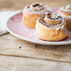 Die Apfel-Zimt-Schnecken sind perfekt als süßer Snack für zwischendurch. Ohne großen Aufwand sind sie schnell im Ofen und garantiert genauso schnell verputzt.