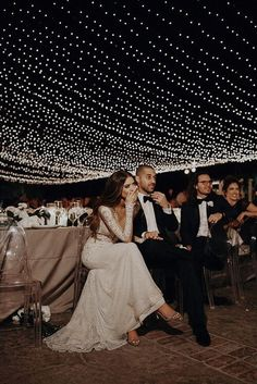 Tendencias que veremos en las bodas de 2020 - Lluvia de arroz Night Wedding Photos, Wedding Night, Night Photos, Romantic Wedding Photos, Romantic Weddings, Perfect Wedding, Dream Wedding, Blue Wedding, Light Wedding