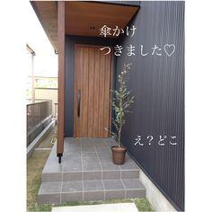 みそこさんはInstagramを利用しています:「・ 最近、ユーカリを鉢植えでお迎えしました♡ 玄関に置いたら、あらいい感じ♡ ・ やっと傘かけ付きました😊 元々付けようとしていた #カワジュン の傘かけ。 我が家のガルバのピッチに合わないとのことで、…」 Muji Style, Japan Interior, Exterior Design, Tile Floor, Backyard, Diy Crafts, House Design, Photo And Video, Architecture