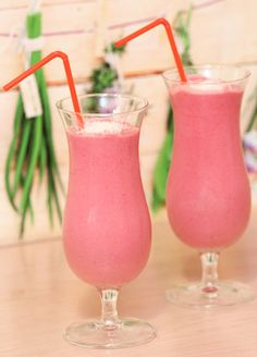Der Himbeer-Kokos-Shake aus frischen Früchten mit Kokosmilch - zusammen mit Joghurt, braunem Zucker und Eiswürfeln - ein cremiger Shake aus dem Thermomix.