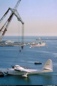 Hughes Hercules Spruce Goose getting ready for its move from Long Beach, California to McMinnville, Oregon. Spruce Goose, Amphibious Aircraft, Float Plane, Howard Hughes, Air Festival, Flying Boat, Civil Aviation, Aircraft Pictures, Ciel