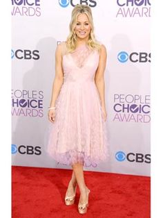 Host Kaley Cuoco in pale pink Christian Siriano #PeoplesChoice