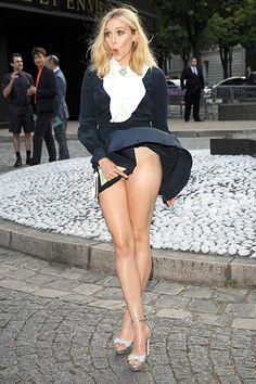 "Elizabeth Olsen's ""Ooo,do you feel the breeze.."" 'Marilyn Monroe' Moment"
