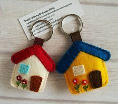 Felt Diy, Handmade Felt, Felt Crafts, Fabric Crafts, Sewing Crafts, Diy Crafts, Felt Keychain, Keychains, Felt House