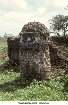 Pillar tomb with inserts of Century Chinese Ming bowls at Mambrui near Malindi Kenya coast East Africa - Stock Image Mombasa, East Africa, 16th Century, Kenya, Bowls, Coast, Chinese, Stock Photos, Explore