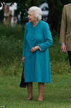 Queen looks delighted in teal as she enjoys day one of the Royal Windsor Horse Show | Daily Mail Online Princess Margaret, Princess Diana, Royal Life, Royal House, Diana Statue, Royal Monarchy, Green Pleated Skirt, Elisabeth Ii, Royal Queen